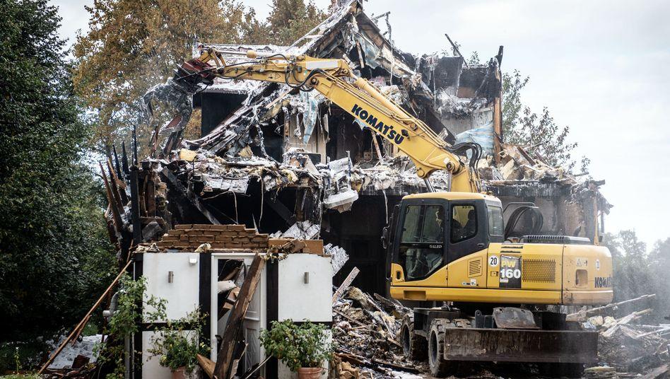 In Münster reißt ein Bagger nach einem Brand ein Fachwerkhaus ab