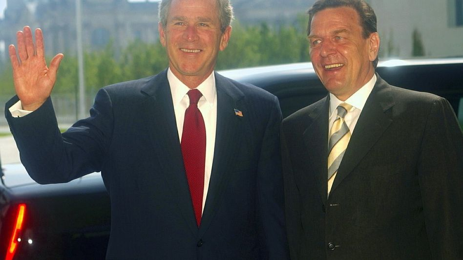 US President George W. Bush and German Chancellor Gerhard Schröder in the Berlin Chancellery in May 2002.