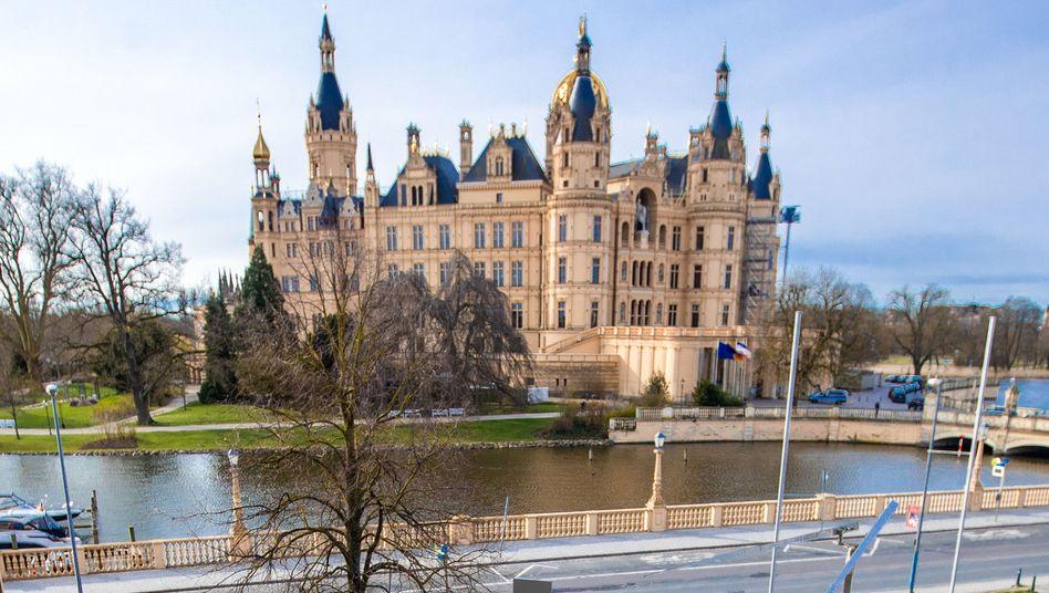 Schweriner Schloss: Am Freitag war der Himmel über Norddeutschland verbreitet blau
