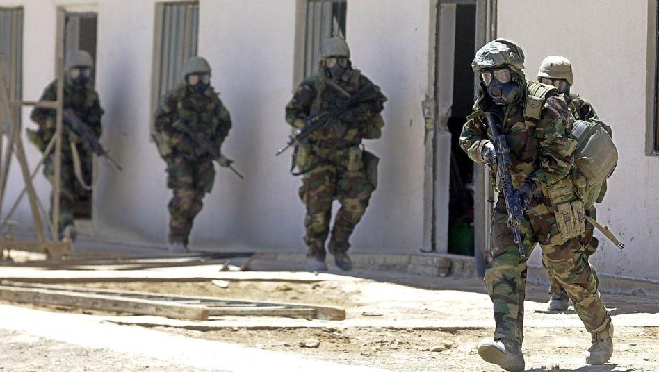 Suche nach Massenvernichtungswaffen: US-Soldaten mit Gasmasken 2003 im Irak