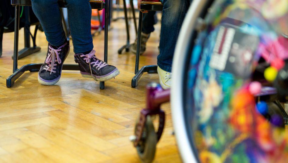 Rollstuhl im Klassenzimmer (Archiv)