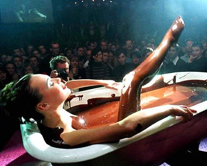 Model beim Schoko-Bad: Asien entdeckt den Luxus