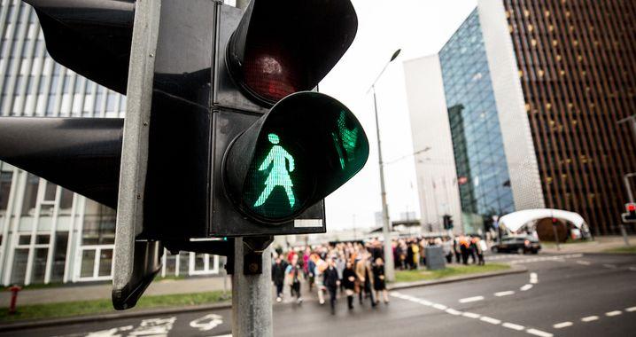 30.10.2018, Litauen, Vilnius: Eine grüne Ampelfrau ist an einer Ampel in Vilnius zu sehen. Anlässlich des 100. Jahrestags der Einführung des Frauenwahlrechts in Litauen leuchten in der Hauptstadt Vilnius an einigenAmpeln seit Freitag statt eines Ampelmannsnun eine Ampelfrau. Foto: Saulius Ziura/Stadtverwaltung Vilnius/dpa +++ dpa-Bildfunk +++  