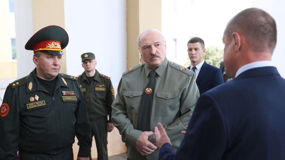 Der belarussische Machthaber Alexander Lukaschenko (r.) mit seinem Verteidigungsminister Viktor Chrenin (l.)