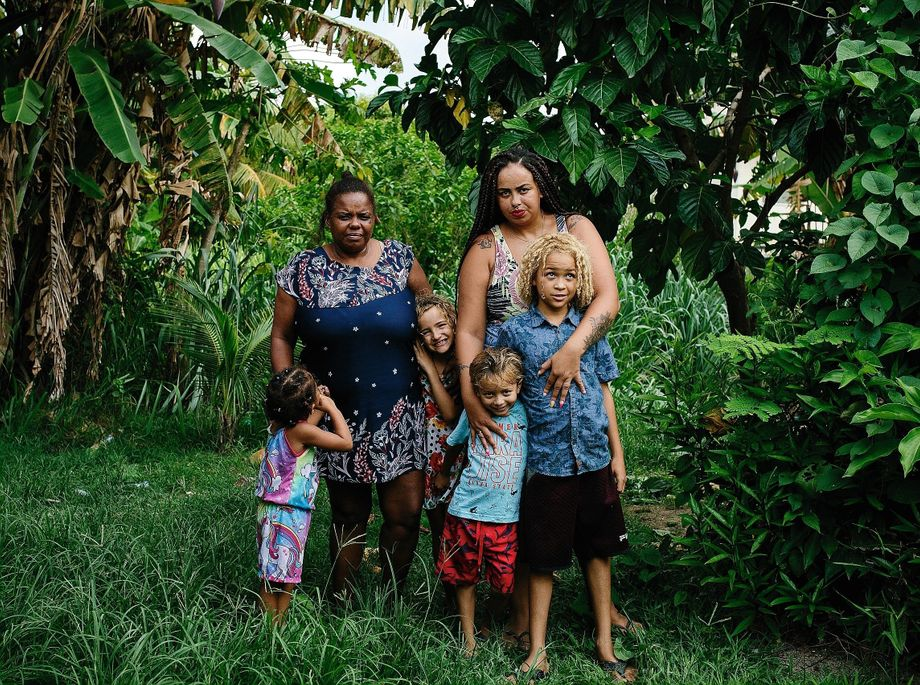 Cashier Marques Ferreira (r.) with her two children, her mother and two nieces