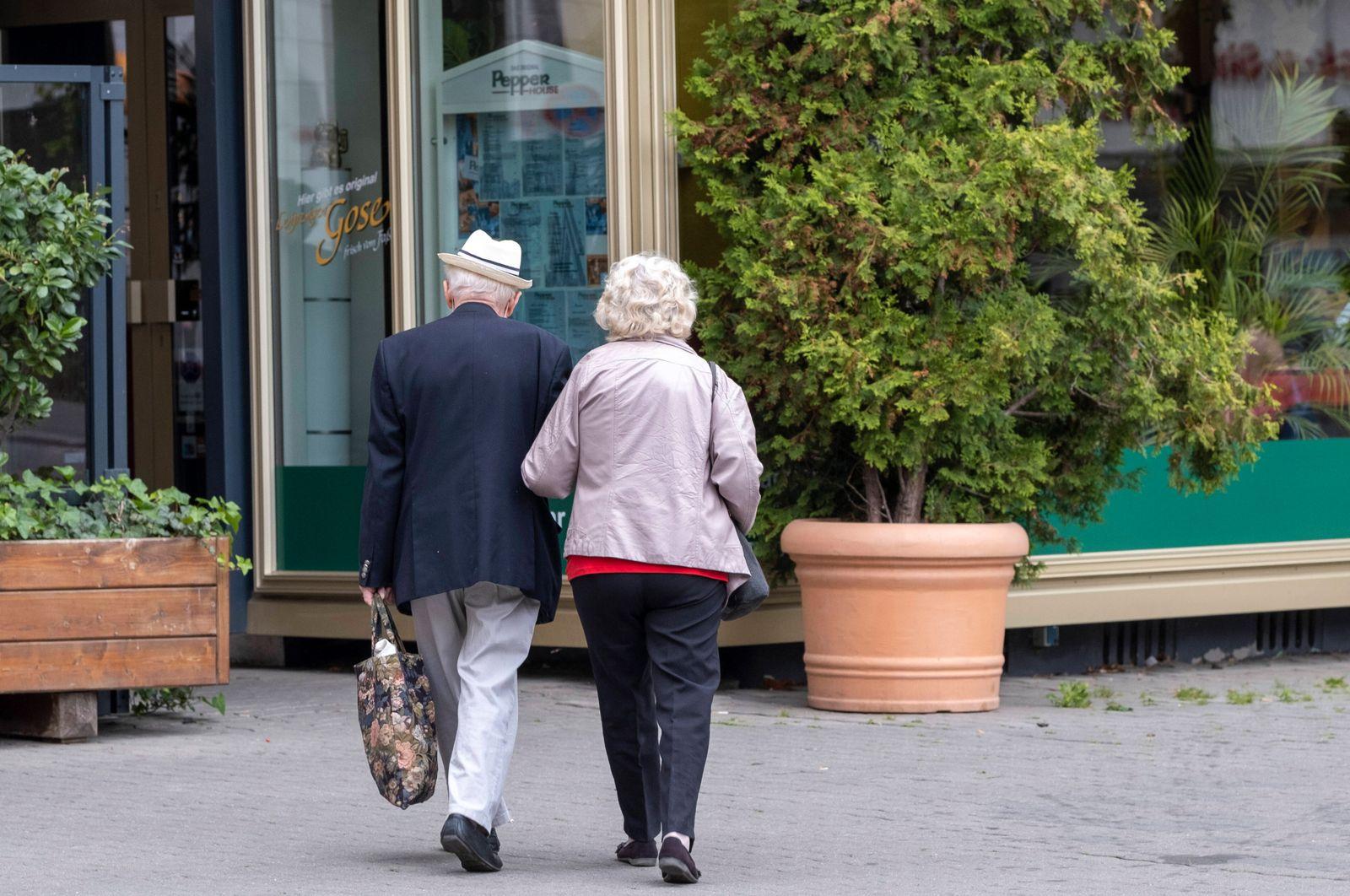 ƒlteres Ehepaar auf dem Weg zu einem Restaurant in Leipzig Senioren in Leipzig *** Older couple on their way to a restau