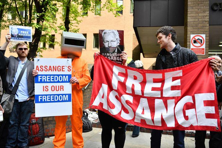 Menschen demonstrierten vor dem Gericht für Assange