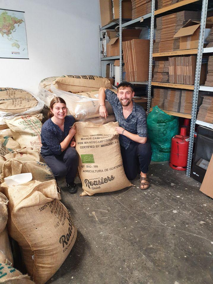 Kollektivmitglieder Nadine Heymann und Daniel Rindermann mit Säcken von Rohkaffee