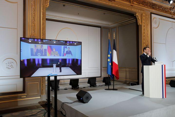 Frankreichs Präsident Emmanuel Macron als Konferenzteilnehmer im Elysée