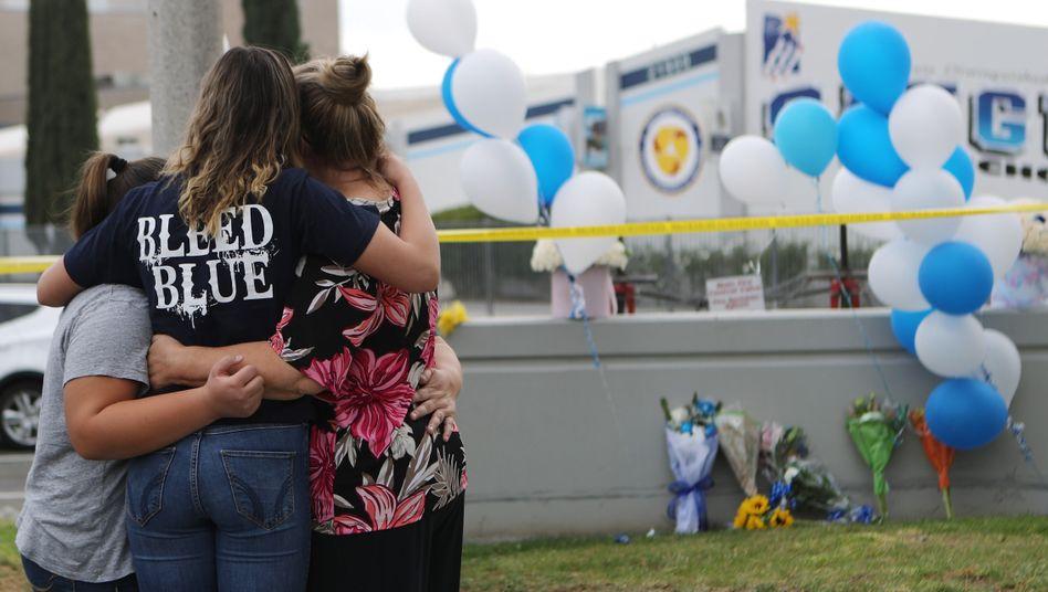Trauernde vor der Saugus High School in Santa Clarita: Drei Tote in Kalifornien