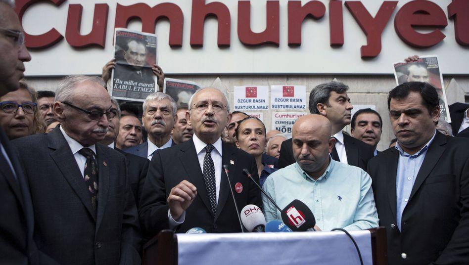"""Unterstützer vor der """"Cumhuriyet""""-Zentrale"""