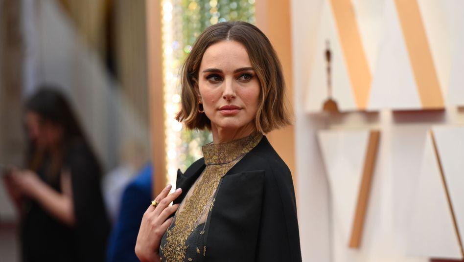 Natalie Portman trug die Namen der nicht bedachten Regisseurinnen bei den Oscars 2020 auf ihrer Robe
