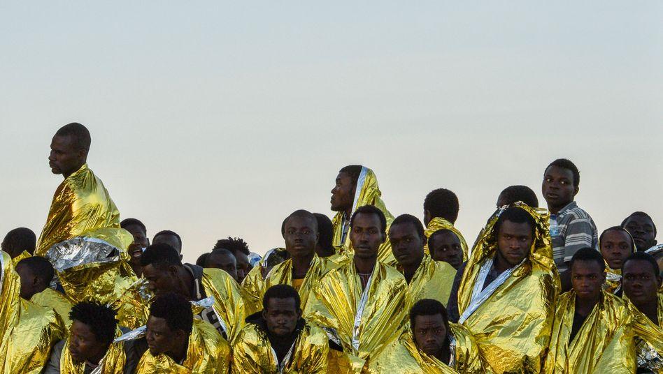 Schiffbrüchige Migranten vor der libyschen Küste