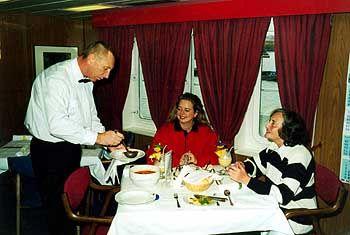 Dinnerzeit auf einem Frachter: Der Komfort reicht von einfach bis Vier-Sterne-Niveau
