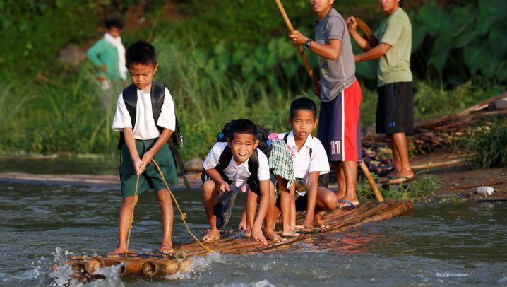 Schulkinder auf den Philippinen: Mit dem Floß in die Schule