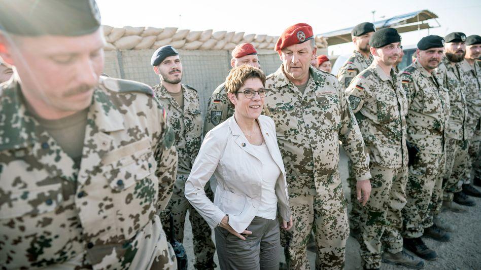 Verteidigungsministerin Annegret Kramp-Karrenbauer beim Besuch der Truppe im Auslandseinsatz (Archivfoto)