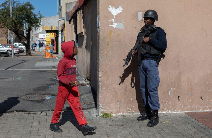 Polizist und Kind in Kapstadt: Nahezu elf Todesopfer gibt es in der Stadt täglich