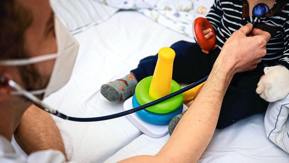 Besuch beim Kinderarzt: Auch aus Sorge vor Ansteckung scheuen viele Familien den Weg in die Praxis