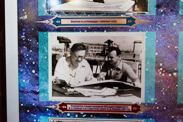 Olgas Vater (l.) arbeitete auch schon im Planetarium, sein Foto hängt im Eingangsbereich des Planetariums