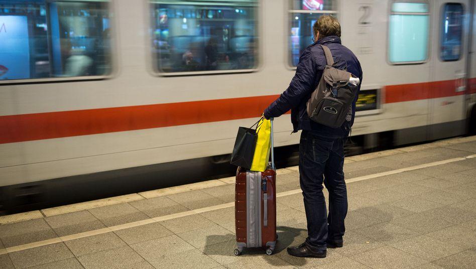 Reisender in Köln (8.11.): Im Fernverkehr fahren etwa 60 Prozent der Züge
