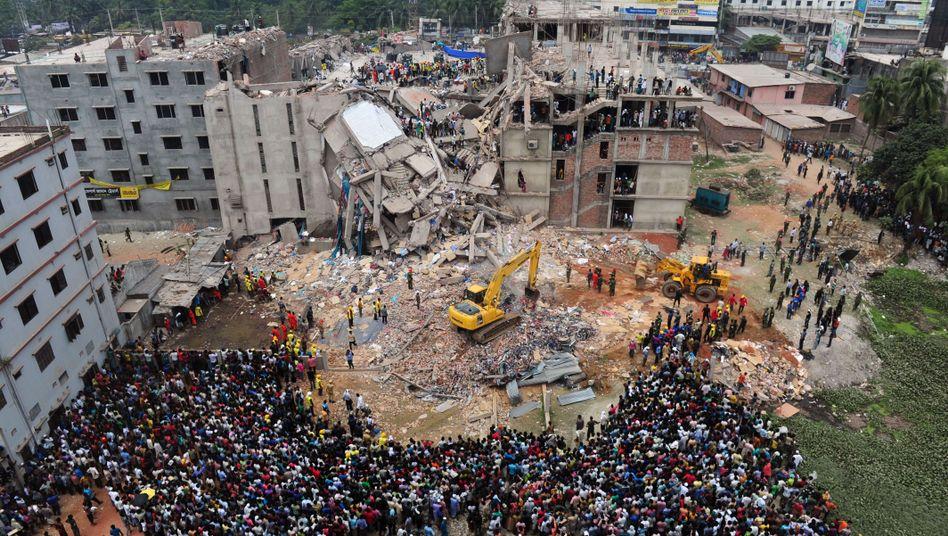 Menschenansammlung an Unglücksort in Bangladesch: 250 Leichen geborgen