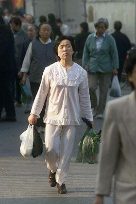 Shopping im Schlafanzug: Eine Frau aus Shanghai auf dem Heimweg vom Gemüseeinkauf