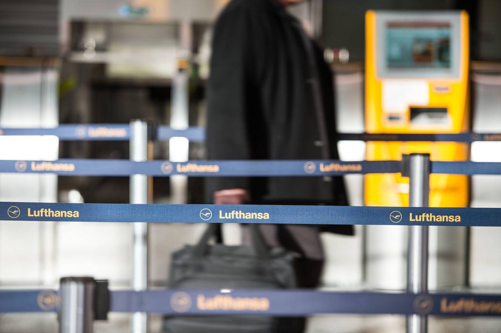 29.11.2016, xmhx, News Lokales, Lufthansa Streik Frankfurt am Main Flughafen 2016, v.l. Passagier läuft durch den Schal