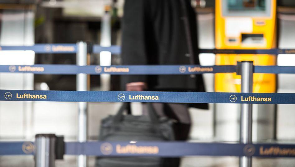 Lufthansa-Schalter in Frankfurt (Archivbild): Der Stau an Rückerstattungen soll in sechs Wochen abgearbeitet werden