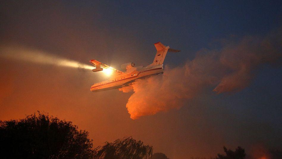 Russisches Löschflugzeug über Nataf nahe Jerusalem