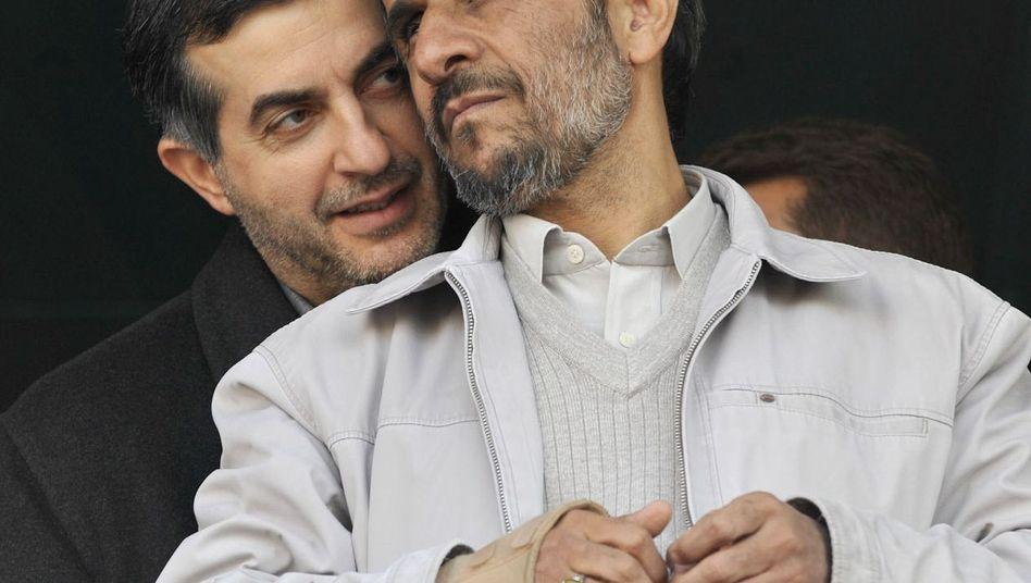 Ahmadinedschad (r.) mit seinem Vertrauten Maschai: In direktem Kontakt mit dem Mahdi?