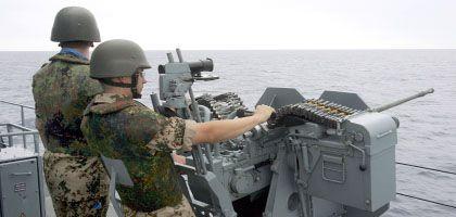 Die Marine darf mit ihren Waffen Piraten nicht nur erschrecken, sondern auch deren Schiffe versenken