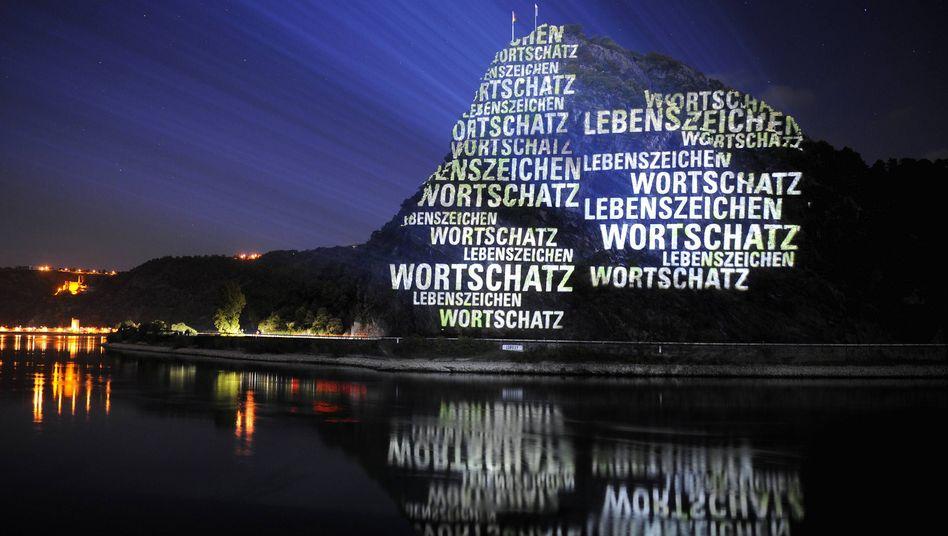 Lichtinstallation auf dem Lorelei-Felsen: Die Koalition will die deutsche Sprache ins Grundgesetz schreiben