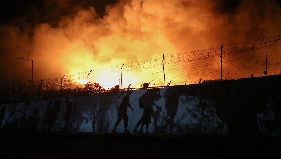 Menschen fliehen vor den Flammen in Moria