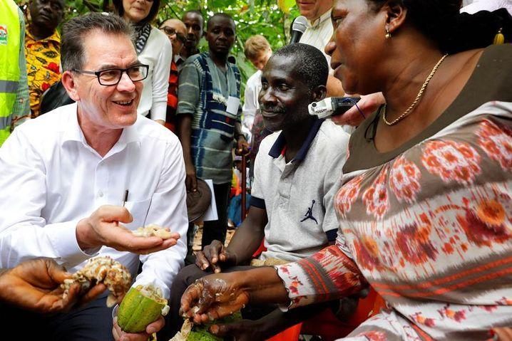 Müller bei Kakao-Ernte in der Elfenbeinküste