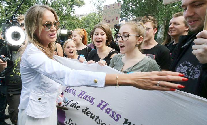 Model Gina-Lisa Lohfink begrüßt ihre Fans