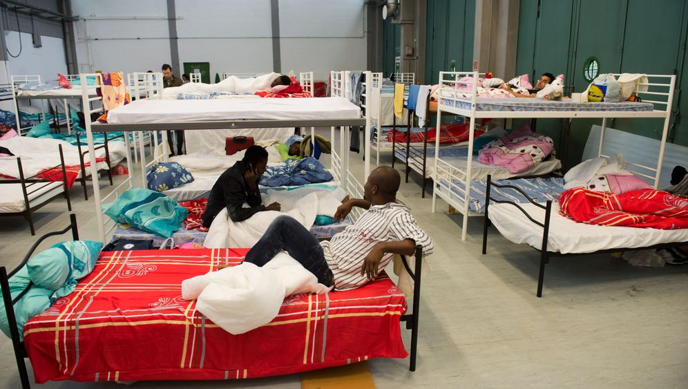 Photo Gallery: Germany's Crowded Refugee Centers