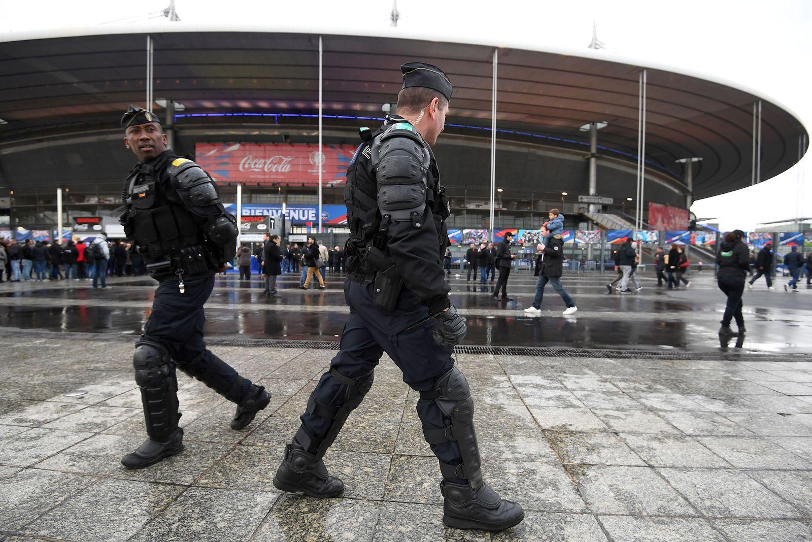 Frankreich / Paris / Stadion / Polizei