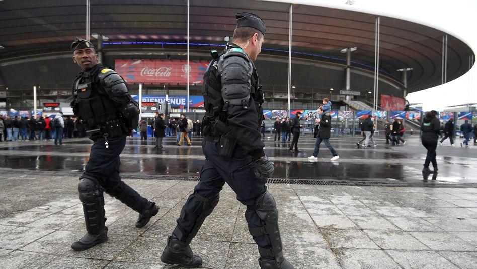 Polizei vor dem Stade de France