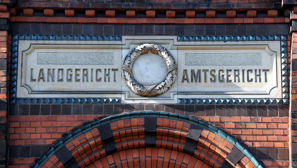 Eingang zum Landgericht in Flensburg: Drei Jahre Haft wegen Brandserie in Zugtoiletten