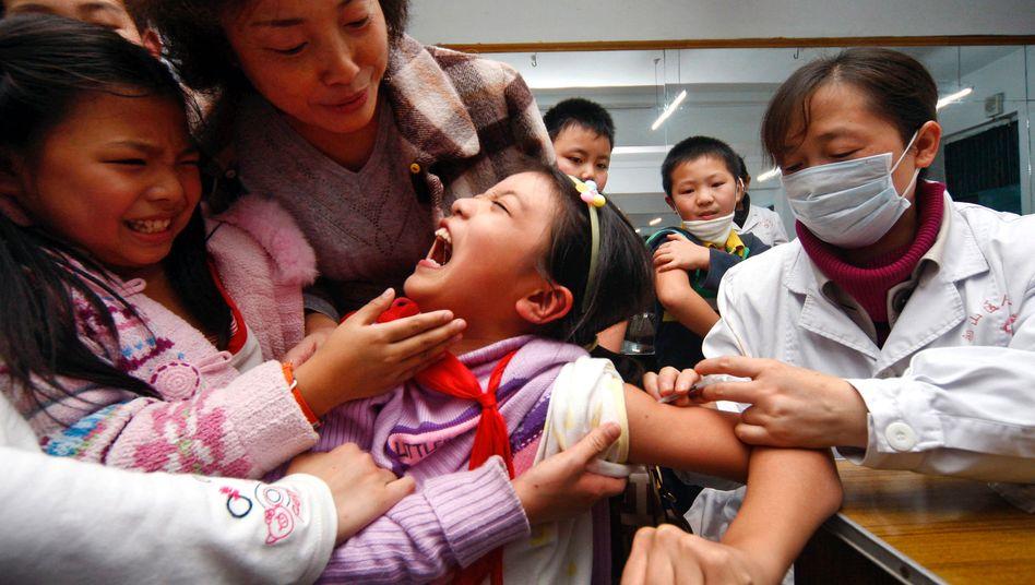 Impfung: In der chinesischen Provinz Sichuan werden Schülerinnen gegen die Schweinegrippe immunisiert.