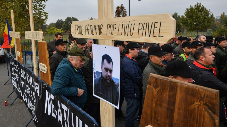 Waldarbeiter protestierten nach dem Tod des Försters Liviu Pop in Bukarest (Archivbild)