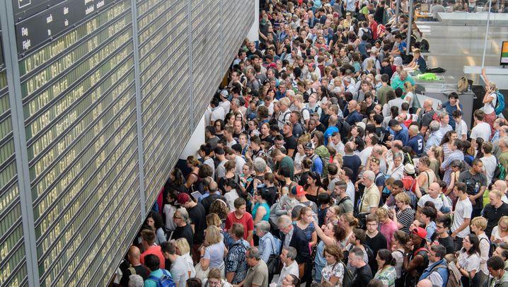 Flughafen: Menschen. Massen. München.