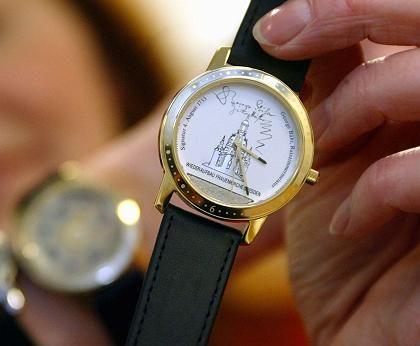 Weihe-Uhr: 0,04 Gramm Sandsteinkrümel der Frauenkirche