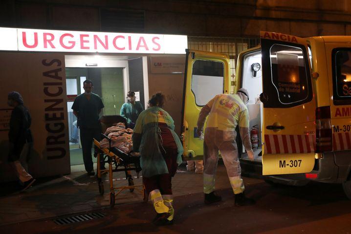 Personal vor einem Krankenhaus in Madrid: Arbeit am Limit