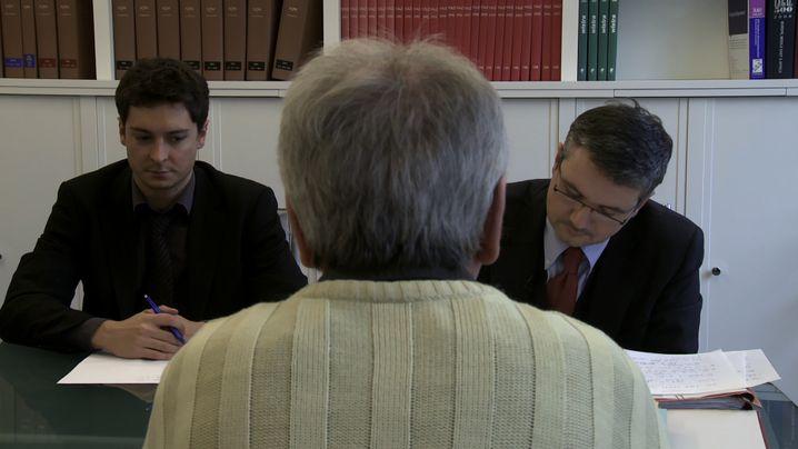 """""""Der Auftrag"""": Strafverteidiger Sättele (rechts) und ein Kollege im Gespräch mit Herrn Becht"""