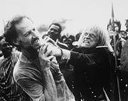 """Unbändige Exaltiertheit: Klaus Kinski (r.) geht Regisseur Werner Herzog an der Kragen (Szene aus """"Mein liebster Feind')"""
