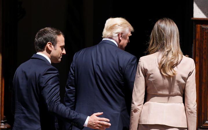 Präsident Macron, Ehepaar Trump: Sie stehen voreinander wie zwei Ringer