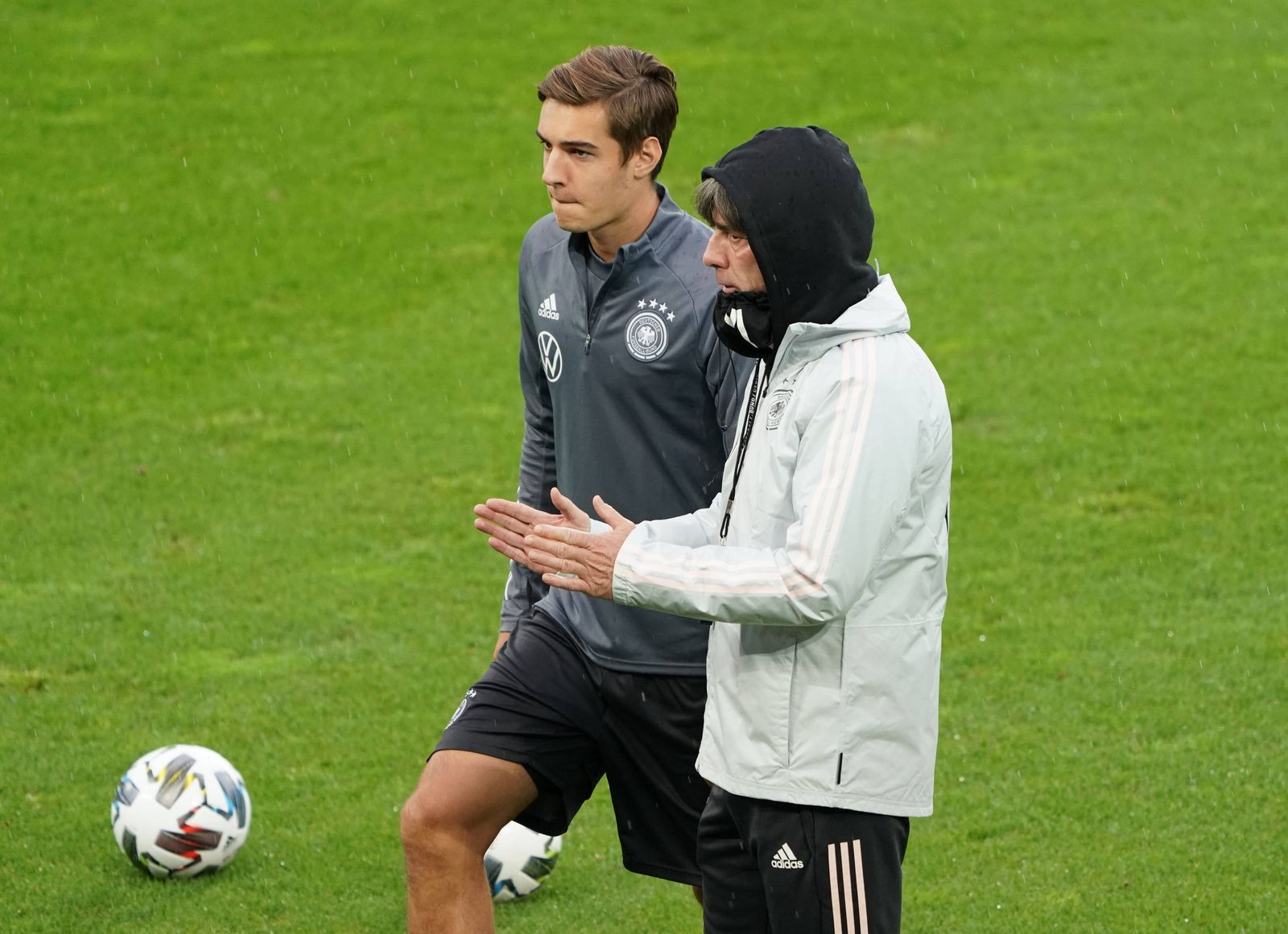 Bundestrainer Joachim Loew (Deutschland Germany) mit Florian Neuhaus (Deutschland Germany) - 06.10.2020: Abschlusstrain