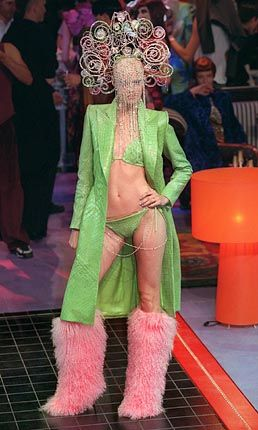 Pelzig: Fellstiefel zu grünem Mantel und passendem Bikini von Givenchy