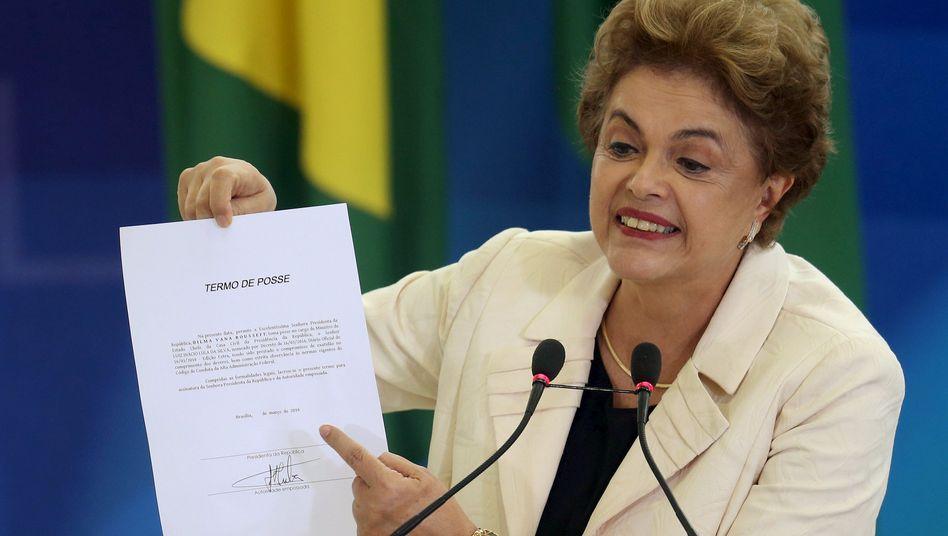 Präsidentin Dilma Rousseff mit Lulas Ernennungsurkunde